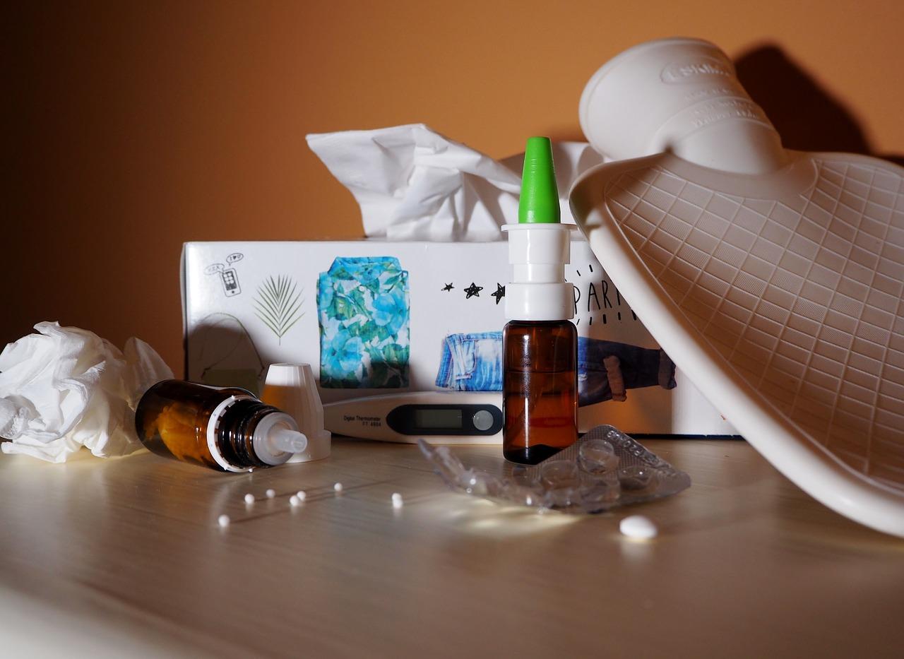 plaatje met termometer, kruik, medicijnen, neuspray