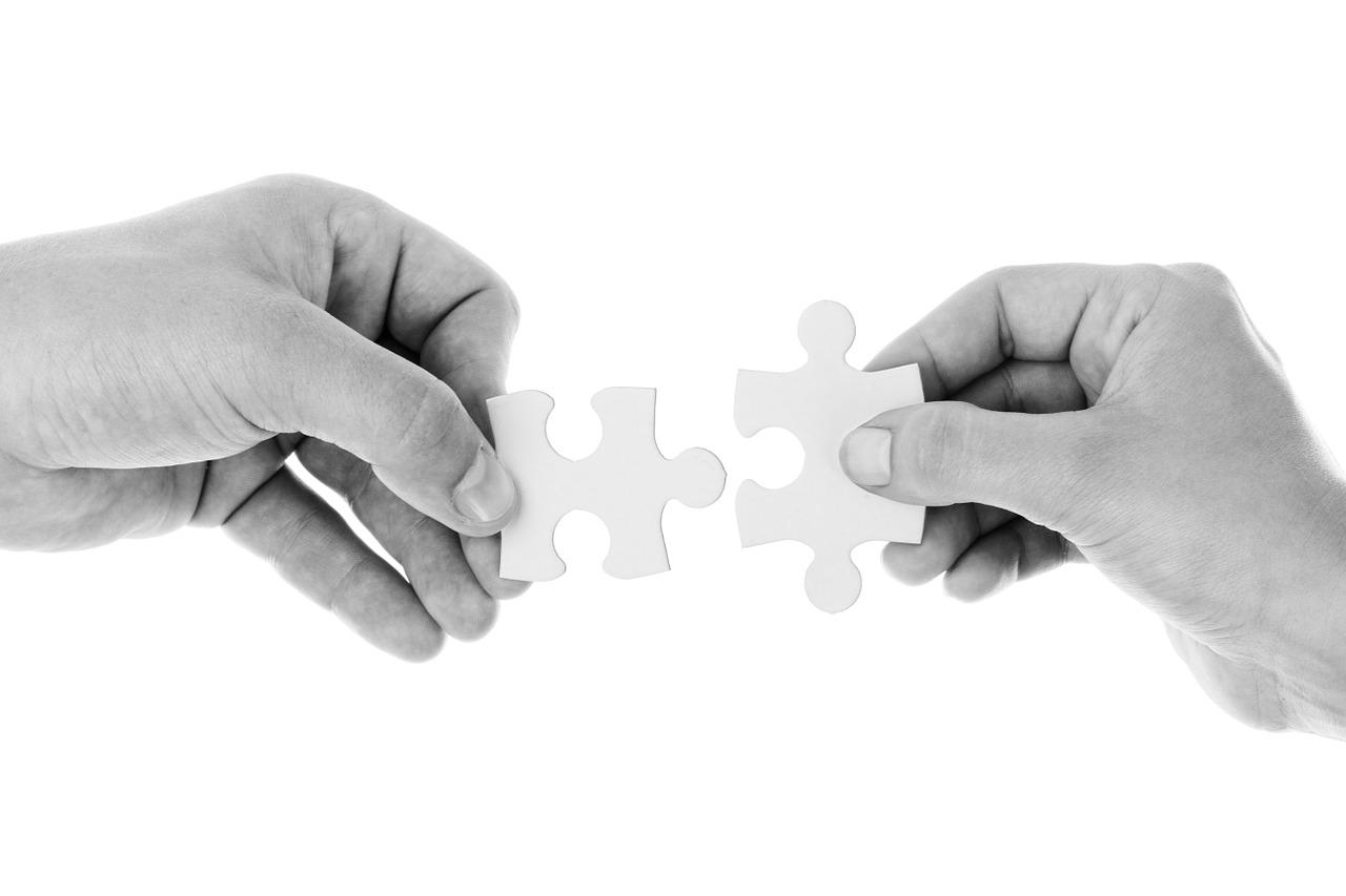 handen komen samen met een puzzelstukje