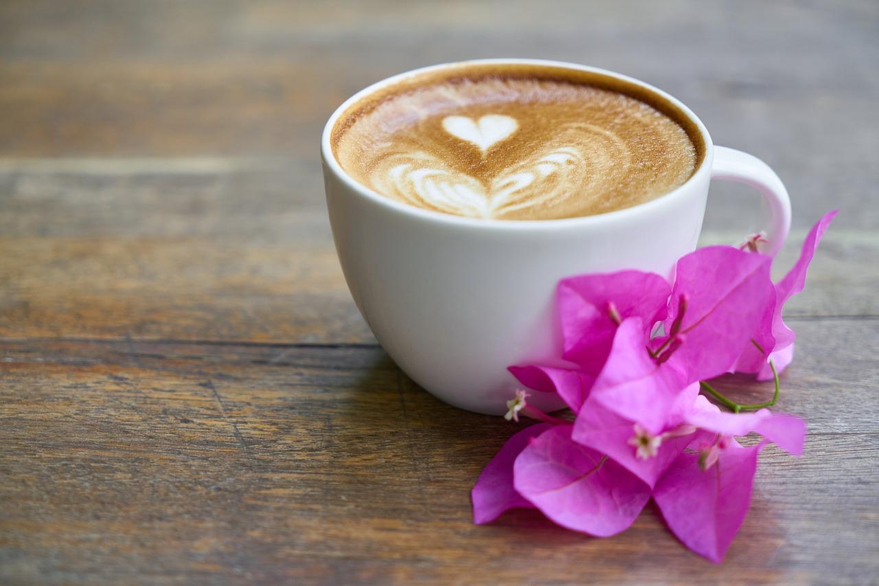 kop koffie met bloem