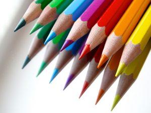 verschillende kleuren potloden; juf