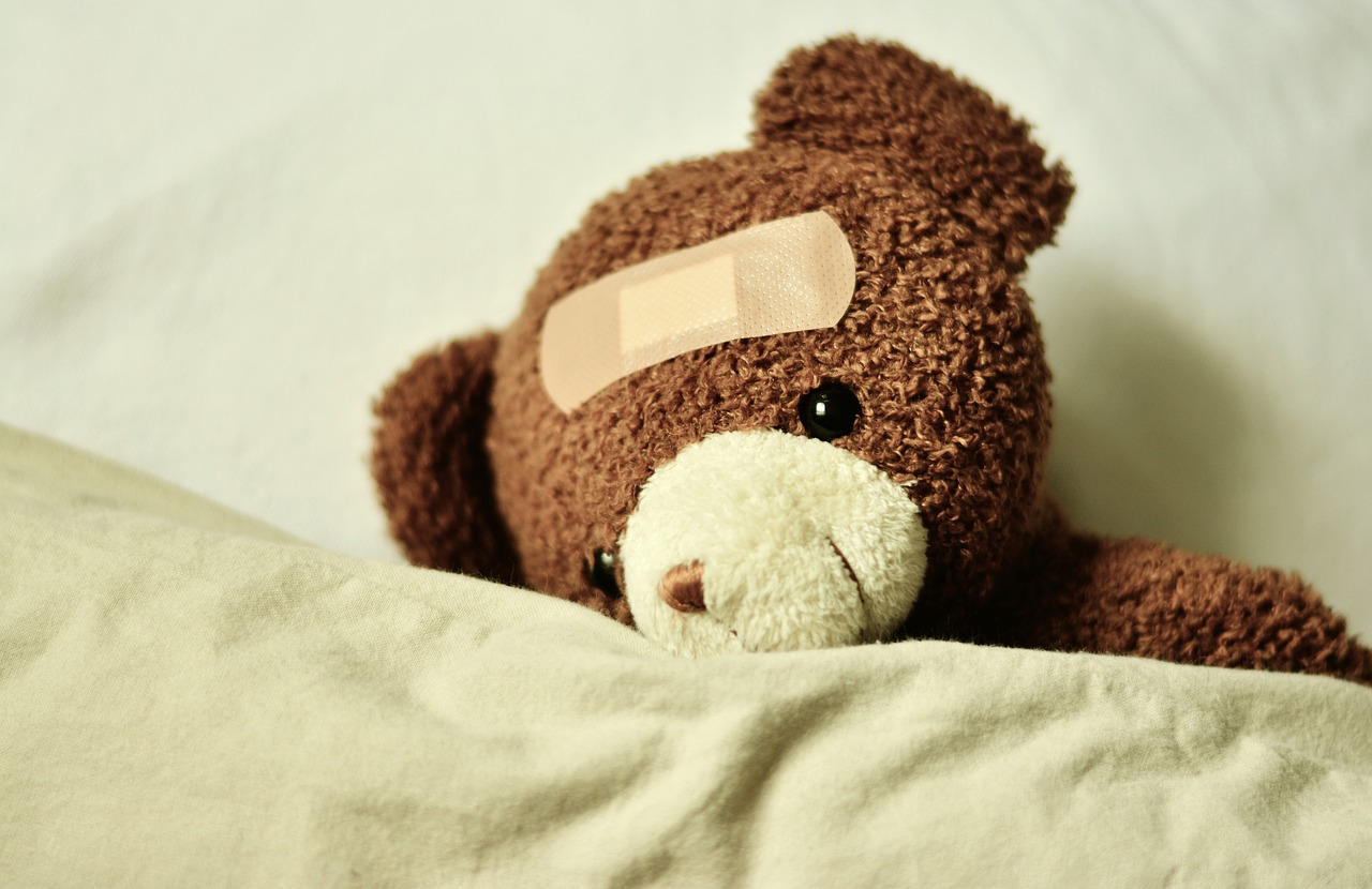zieke teddybeer in bed