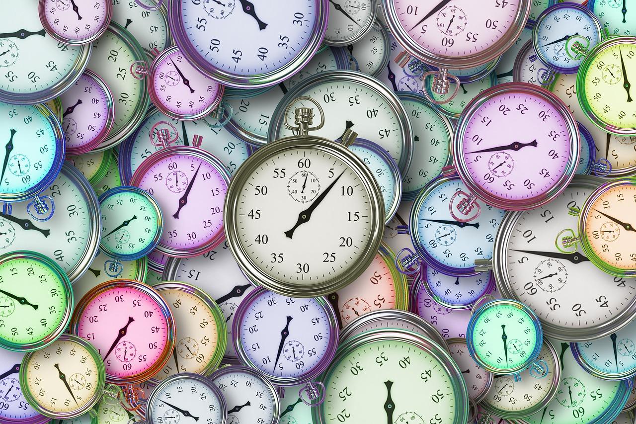 heel veel gekleurde klokken