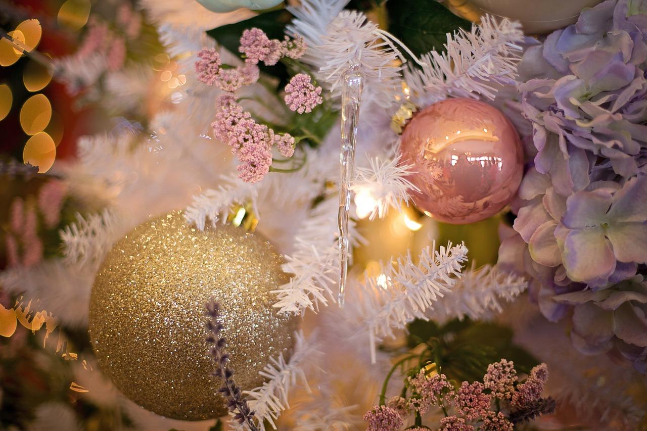 kerstbalen in een mooie kerstboom