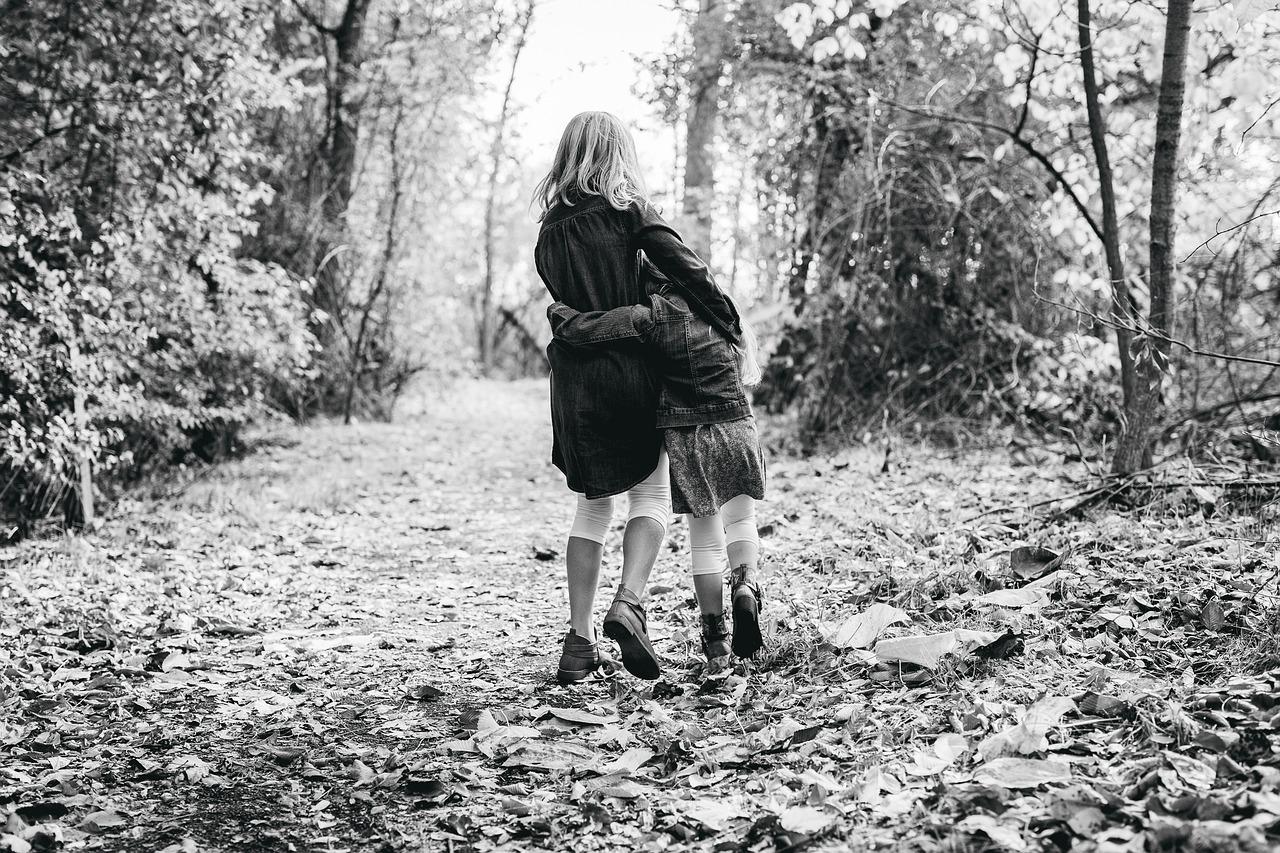 zusjes samen in het bos