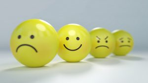 gele balletjes met verdrietig, blij en boos gezicht; explosiegevaar