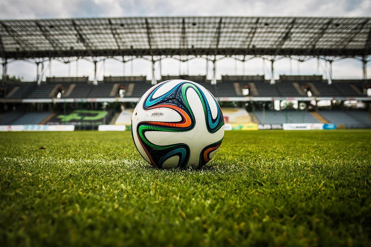 voetbal op groen grasveld