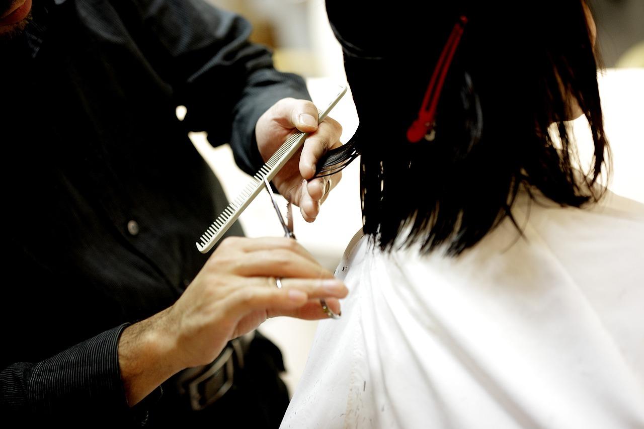 kapper knipt de haren