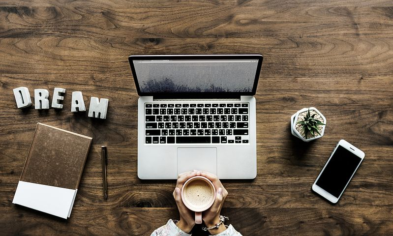 werkplek met laptop koffie en telefoon