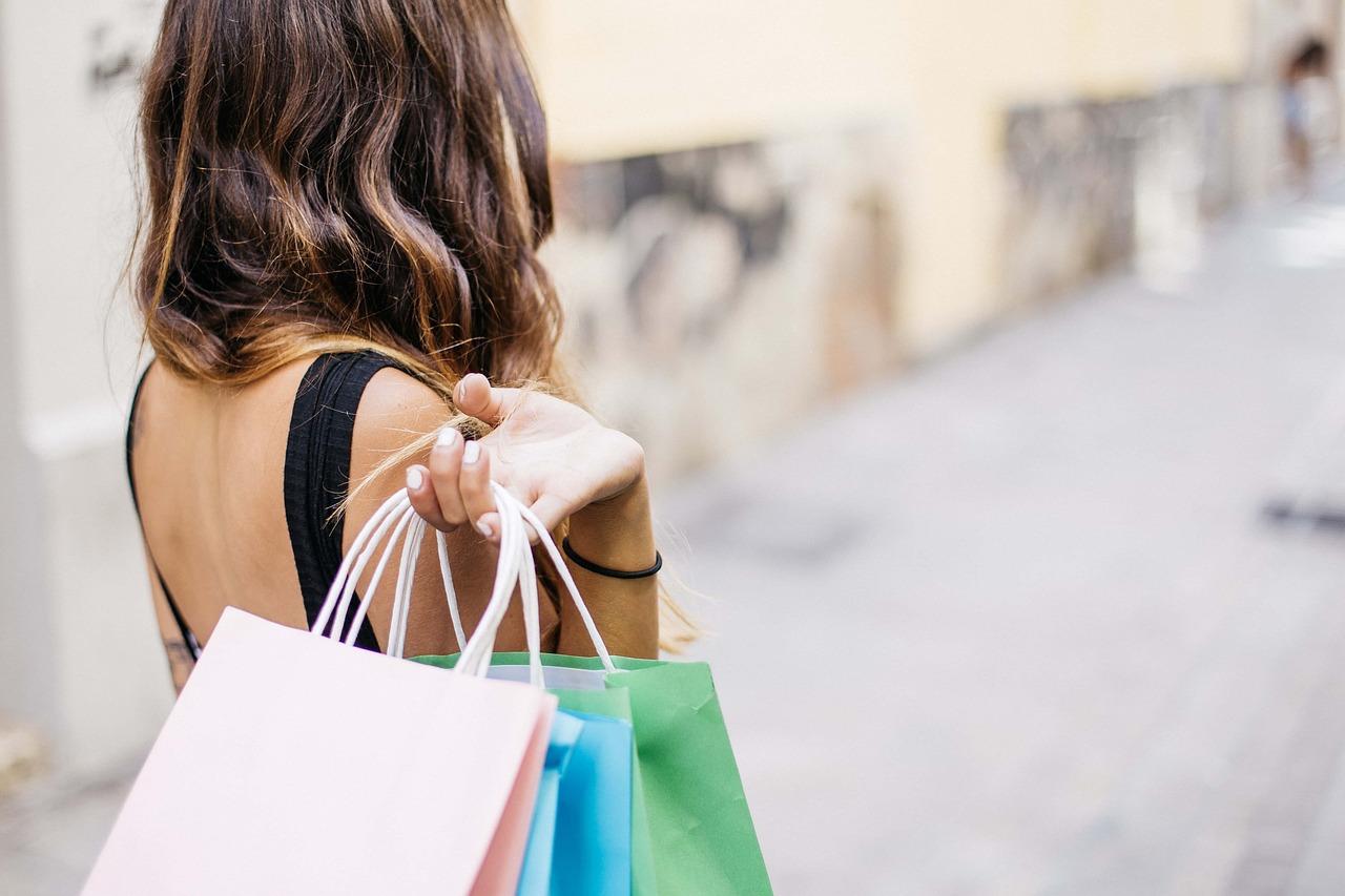 shoppen, winkelen, vrouw met tasjes