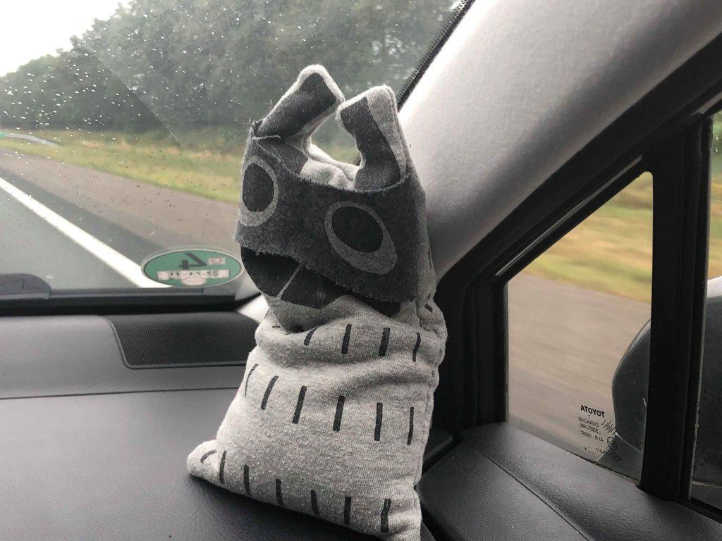 Crunchy animal in de auto op vakantie