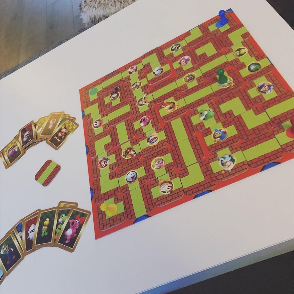 Spel ravensburger Super mario Labyrinth met kaartjes op tafel.
